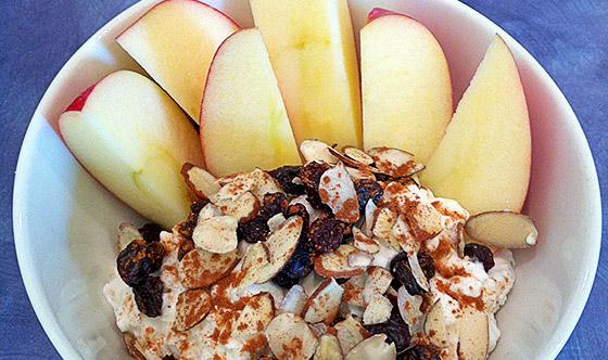 Twarożek jabłkowy z prażonymi migdałami
