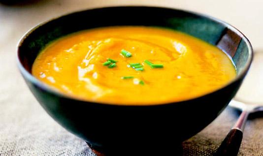 Słodko-kwaśna zupa z dyni z kolendrą i creme fraiche